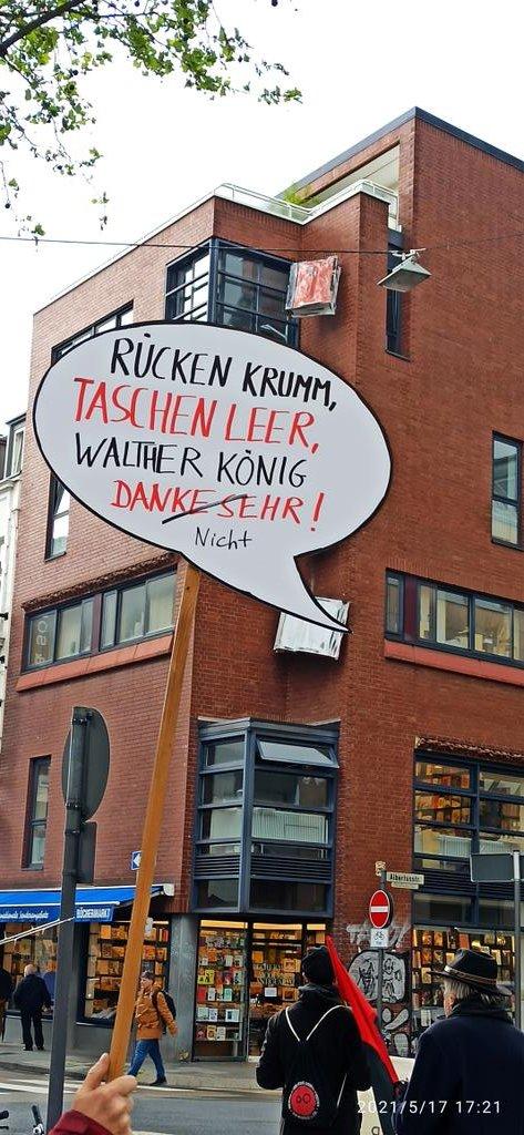 """Schild mit Aufschrift """"Rücken krumm, Taschen leer, Walther König danke sehr! (nicht)"""" vor der Zentrale"""