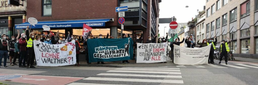 Menschenkette vor der Zentrale von Walther König in Köln